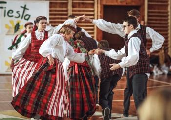 """Sukluskite: gimnazijoje įvyko jubiliejinė """"Pavasario šokių fiesta""""!"""